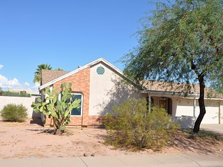 COZY FAMILY 3 BR/2 BA HOUSE WITH PRIVATE POOL, Phoenix