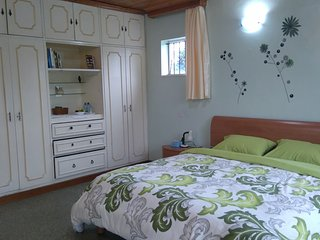 Cosy self contained room by the river with magnificent view of the UN grounds., Nairóbi