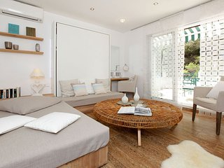 Christina 1-bedroom apartment-the best location-30 metres from the first beach