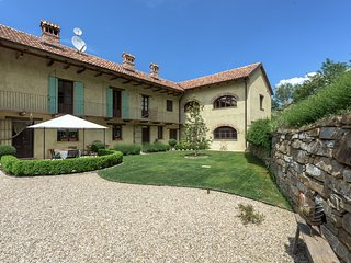 Family Friendly Italian Country farmhouse & Pool, Bergolo