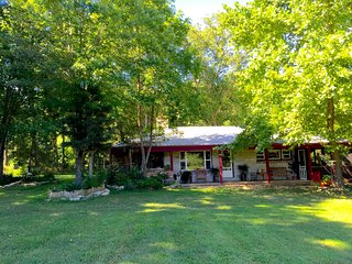 Private Creekside cabin, hot tub, fire ring, farmstay, fishing, canoe or kayak