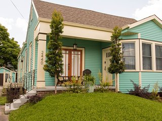 Quiet & Convenient Modern Cottage - 3 bed, 2 bath close to local attractions, New Orleans