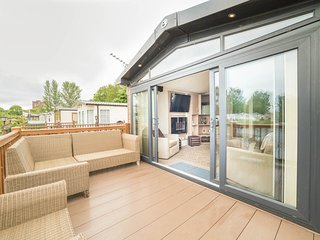 Swift Champagne Lodge , Beautiful Lake Side Location with Sunken Hot Tub, Tattershall