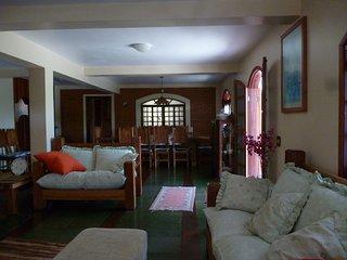 sala de estar e jantar com lareira