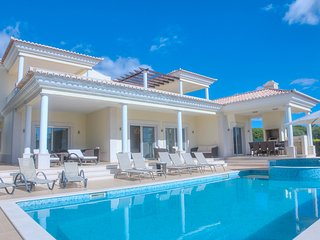 Luxurious 6 bed villa, with heated pool, games room and cinema room in Vila Sol
