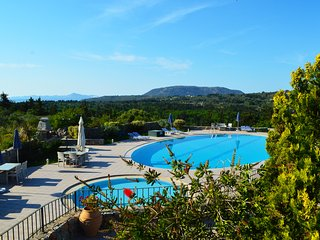 Villa with big shared pool surrounded by nature,2 bedrooms,BBQ,Wifi,Quiet, Sellia
