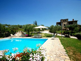 Detached villa with private pool near Todi. 5 bedrooms 10+4 sleeps. Airco & WiFi, Collazzone