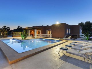 Villa Evie | Modern | 5 Bedooms | Private Pool | Wifi & Aircon