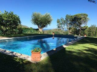 Villa rústica con jardín y piscina privada. Magníficas vistas al mar y al verde!