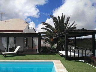 Villa with private garden 1000m2 and pool