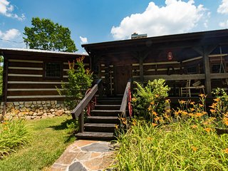 Lodge+Cabin,100-acre estate, 5BR/5BA, river, creek, trails; spring, $340/night