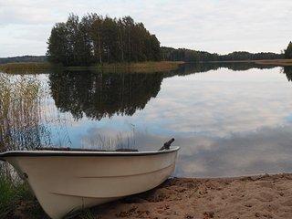 Stugan EVA har egen gårdsplan, barnvänlig sandstrand och roddbåt