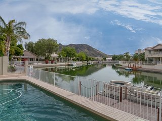 """""""Reflections"""" A Lakeside Home with Private Pool and Boat, Glendale"""