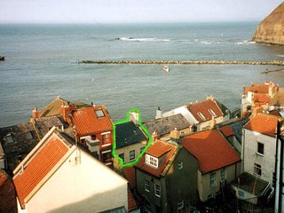 Sea views on all floors:historic, cosy cottage in the heart of Staithes