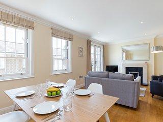 119. 2BR SPLIT-LEVEL MEWS HOUSE - KNIGHTSBRIDGE - HYDE PARK, London