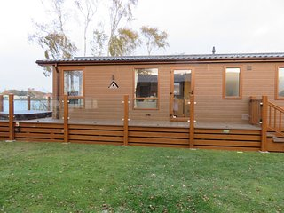 Luxury Lodge with Hot Tub & Lakeside view en suite with 3 bedrooms