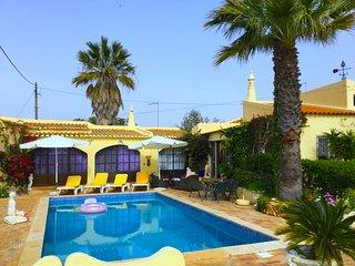 Villa Micha, authentic villa with private pool, near to Carvoeiro