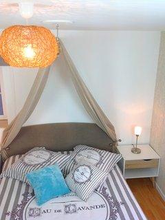 Détail chambre à l'étage du haut avec un lit de 140x190
