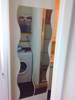 Entré salle de bain à l'étage du haut. Avec lave linge/sèche linge