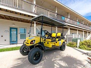 Pepper's Perfect Paradise: FREE 6 Seat Golf Cart, Walk to Beach, Pets, Pool, Port Aransas