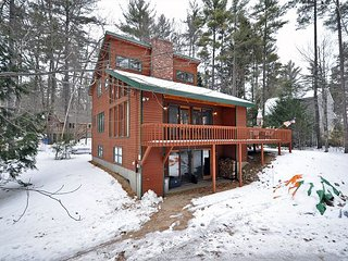 3BR White Mountains Lodge near Skiing w/Fireplace,Wifi-Dogs Welcome