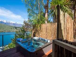 Views on Tussock, Queenstown with lake views and hot tub