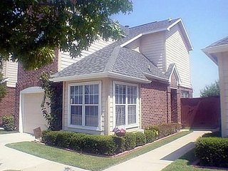 2 BR Townhouse Close to DFW Airport, Irving