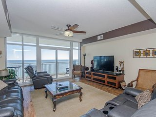 Oceanfront 4 Bedroom Condo with a Terrace and Pool at Ocean Blue Resort, Myrtle Beach