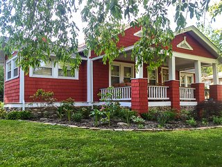 The Red Cottage -GREAT LOCATION! Highly rated!! A sidewalk stroll to downtown.