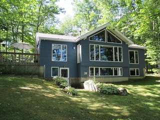 A TRANQUIL LAKEFRONT RETREAT WITH KAYAKS | CENTRAL LOCATION | COUNTRY LIVING ON