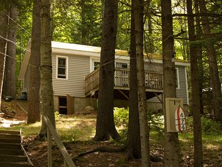 PROVENCE | TWO-BEDROOM COTTAGE | WOODED SETTING | PET FRIENDLY| ASSOCIATION DOCK & FLOAT, Boothbay
