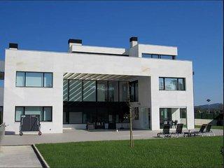 Villa con vistas y piscina interior climatizada