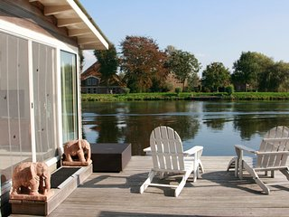 Big houseboat near Amsterdam with FANTASTIC views and 2 bikes!, Vreeland