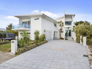 Beachfront Hyndes Lane Beach House Mansion, Casuarina