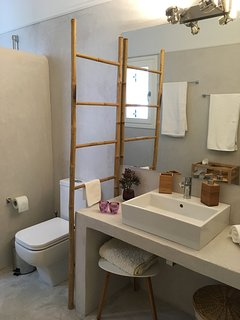 A view of the second bathroom.
