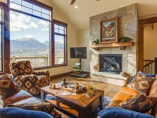 Spacious mountain home w/ gorgeous views, private hot tub, & private lake access