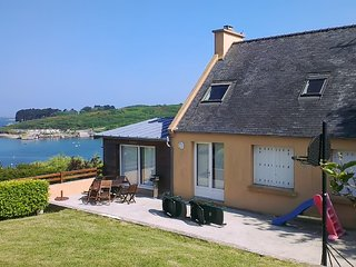 Sunny, 4-bedroom house in Saint-Pabu with a furnished terrace, WiFi and direct access to the beach!