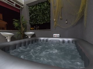 LUXURY apartment with jacuzzi near city center