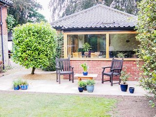 THE LODGE, all ground floor, conversatory, private patio, shared hot tub