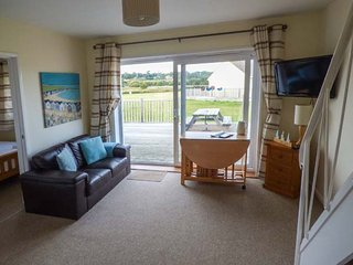 SALTERNS 3, pet-friendly holiday homes, off road parking, bar on-site, next to nature reserve, in Seaview