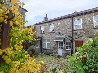 PROSPECT HOUSE, exposed beams, woodburning stove, WiFi, Middleham, Ref 943074