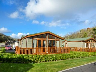 THE RETREAT, luxurious ground floor lodge, decked veranda, in Wiseman's Bridge,