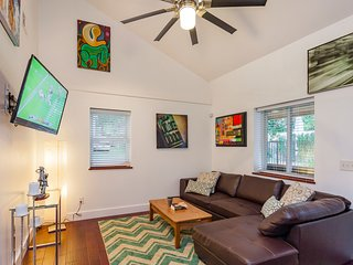 Trendy and Fun Downtown Three Bed Modern Home close to Farmers Market + Broadway
