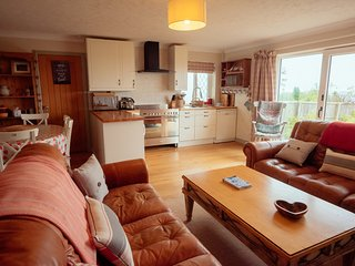 Dog Friendly Gower Retreat for Two, with Wood Fired Hot Tub and Stunning Views, Reynoldston