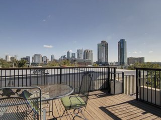 Gorgeous 6th Street Condo - Private Roof Top Deck! Walk to Downtown!