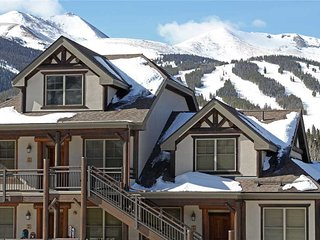 Amazing views, walk to ski lift/downtown, 3 bdrm + loft!