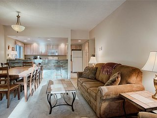 Remodeled condo close to Main St & Ski Lifts - sleeps 7!