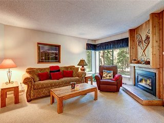 Great location - 2 bd condo, 3-4 minute walk to lift, hot tubs!