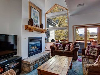 Ski-in townhome! Amazing mountain views w/ private hot tub!