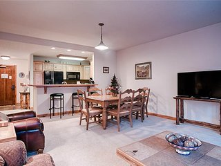 Slopeside 2bd condo - great location, on mountain & hot tubs!
